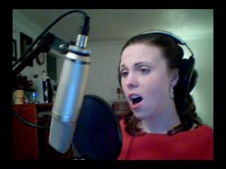 Девушка классно поет партию инопланетной певицы из 5 Элемента. Тот самый высокий момент, который даже в фильме электронным сдела